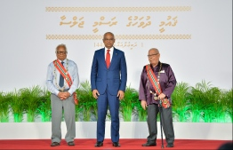 President Ibrahim Mohamed Solih (C) with Ahmed Adam (L), the first engineer of Maldives, and Abdulla Sodiq, an outstanding litterateur and linguist, who were conferred the Order of the Distinguished Rule of Izzudeen. PHOTO: HUSSAIN WAHEED / MIHAARU