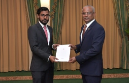 President Ibrahim Mohamed Solih (R) appoints Fathuhulla Jameel as the Commissioner General of Taxation. PHOTO/PRESIDENT'S OFFICE