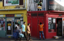Expatriate workers pictured at the local market area in Male' City. PHOTO/UNDP