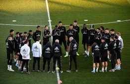 Real Madrid's French coach Zinedine Zidane (C) talks to his players during a public training session at the Ciudad Real Madrid training ground in Valdebebas, Madrid, on December 30, 2019. (Photo by OSCAR DEL POZO / AFP)