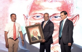 President Solih being gifted a portrait of him by Indian artist Hemant Kumar. PHOTO: PRESIDENTS OFFICE