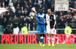 Brescia's Italian forward Mario Balotelli (C) greets Juventus' Italian defender Giorgio Chiellini after he entered the pitch during the Italian Serie A football match Juventus vs Brescia on February 16, 2020 at the Juventus stadium in Turin. (Photo by Isabella BONOTTO / AFP)