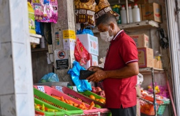 Malé, March 19, 2020: A man pictured buying fresh produce wears a mask as a preventive measure against the COVID-19. Health professionals however advised against the use of surgical masks, unless an individual showed symptoms for COVID-19. PHOTO: AHMED AWSHAN ILYAS/MIHAARU