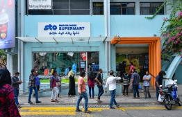 People queue up in front of STO Supermart, after HPA announced the first COVID-19 case detected in capital Male' City on April 15, 2020. PHOTO: AHMED AWSHAN ILYAS / MIHAARU