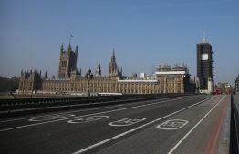 A picture shows an empty Westminster Bridge with the Houses of Parliament in the background in central London on April 9, 2020. (Photo by ISABEL INFANTES / AFP)