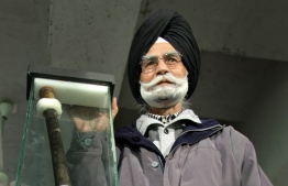 (FILES) In this file photo taken on February 06, 2009 India's three-time field hockey Olympic gold medallist Balbir Singh poses with the stick of Indian hockey legend Major Dhyan Chand Singh, with which Dhyan Chand played in the 1936 Berlin Olympics final, in Chandigarh. - Balbir Singh, who won three Olympic hockey golds for India and became one his country's biggest sporting heroes, has died at the age of 95, his family said on May 25, 2020. PHOTO: MANAN VATSYAYANA / AFP