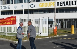 "Demonstrators stand in front of the entrance of the ""Fonderie de Bretagne"" foundry, a subsidiary of Groupe Renault, on May 28, 2020 in Caudan, western France. - French auto giant Renault plans to cut around 15,000 jobs worldwide, including 4,600 in France, as part of a two billion euro cost-cutting plan over three years, sources said on May 28, 2020. (Photo by Fred TANNEAU / AFP)"