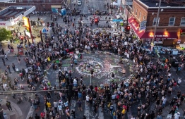 Ariel view of protestors gathered near the makeshift memorial in honour of George Floyd marking one week anniversary of his death, on June 1, 2020 in Minneapolis, Minnesota. - Major US cities -- convulsed by protests, clashes with police and looting since the death in Minneapolis police custody of George Floyd a week ago -- braced Monday for another night of unrest. More than 40 cities have imposed curfews after consecutive nights of tension that included looting and the trashing of parked cars. (Photo by CHANDAN KHANNA / AFP)