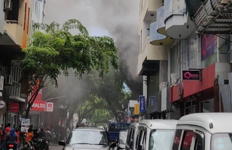 Thick smoke clogging up Majeedhee Magu, from the fire that broke out at the second floor of Exceed shop. PHOTO: MIHAARU FILES