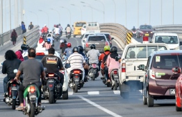 Motorcyclists and cars head to the Sinamale' Bridge. FILE PHOTO / MIHAARU