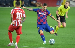 Barcelona's Argentine forward Lionel Messi (C) controls the ball next to Atletico Madrid's Argentine forward Angel Correa during the Spanish League football match between FC Barcelona and Club Atletico de Madrid at the Camp Nou stadium in Barcelona on June 30, 2020. (Photo by Lluis GENE / AFP)