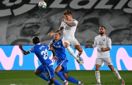 Real Madrid's German midfielder Toni Kroos (C) jumps for the ball  during the Spanish league football match Real Madrid CF againsrt Getafe CF at the Alfredo di Stefano stadium in Valdebebas, on the outskirts of Madrid, on July 2, 2020. (Photo by GABRIEL BOUYS / AFP)
