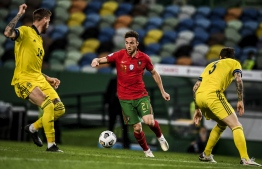 Portugal's forward Diogo Jota (C) challenges Sweden's defender Victor Lindelof (R) and Sweden's defender Pontus Jansson (L) during the Nations League A group 3 football match between Portugal and Sweden at the Alvalade stadium in Lisbon on October 14, 2020. (Photo by PATRICIA DE MELO MOREIRA / AFP)