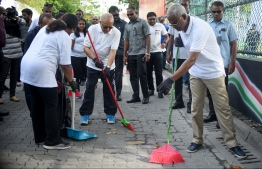 "President Ibrahim Mohamed Solih alongside former President Maumoon Abdul Gayoom and Male' city Mayor Shifa Mohamed during the one-off the nationwide clean-up initiative named ""Saafu Raajje, Aharenge ves zimma"".  PHOTO: AHMED NISHAATH/MIHAARU"