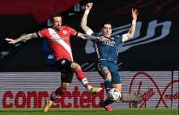 Southampton's English striker Danny Ings (L) vies with Arsenal's Spanish defender Pablo Mari during the English FA Cup fourth round football match between Southampton and Arsenal at St Mary's Stadium in Southampton, Hampshire,on January 23, 2021. (Photo by Ben STANSALL / AFP) / RESTRICTED TO EDITORIAL USE. No use with unauthorized audio, video, data, fixture lists, club/league logos or 'live' services. Online in-match use limited to 120 images. An additional 40 images may be used in extra time. No video emulation. Social media in-match use limited to 120 images. An additional 40 images may be used in extra time. No use in betting publications, games or single club/league/player publications. /