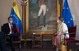 Venezuela's Foreign Minister Jorge Arreaza (L) speaks with European Union's ambassador to Caracas Isabel Brilhante (R) during a meeting in Caracas on February 24, 2021. Venezuela on Tuesday expelled the European Union's ambassador to Caracas Brilhante, giving her 72 hours to leave the country, Foreign Minister Jorge Arreaza said, in a response to new EU sanctions against top officials. Yuri CORTEZ / AFP