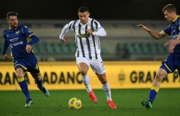 Juventus' Portuguese forward Cristiano Ronaldo (C) challenges Hellas Verona's Italian midfielder Daniel Bessa (L) and Hellas Verona's Polish defender Pawel Dawidowicz during the Italian Serie A football match Hellas Verona vs Juventus Turin on February 27, 2021 at the Marcantonio-Bentegodi stadium in Verona. (Photo by Isabella BONOTTO / AFP)