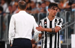 Argentine forward Paulo Dybala reacts with Juventus' Italian coach Massimiliano Allegri (L) during the friendly football match between Juventus and Atalanta at the Allianz Stadium in Turin, northern Italy on August 14, 2021  -- Photo: Marco Bertorello/ AFP