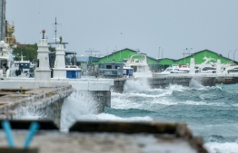 Waves crashing into Male' coast on Sunday morning: MET predicts heavy rain and strong winds for the next 36 hours -- Photo: Nishan Ali/ Mihaaru